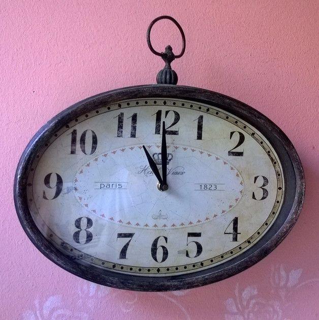 """Wer einen echten Hingucker an der Wand möchte, der sollte sich unbedingt diese schöne, ovale Uhr """" Paris 1823"""" in dunkelbraunen Metall Vintage-Style aussuchen. Rahmen im Shabby-Chic..."""