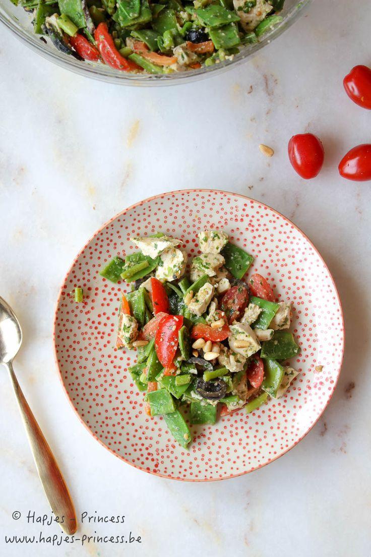 Salade met gepocheerde kip, boontjes, zwarte olijven en pesto