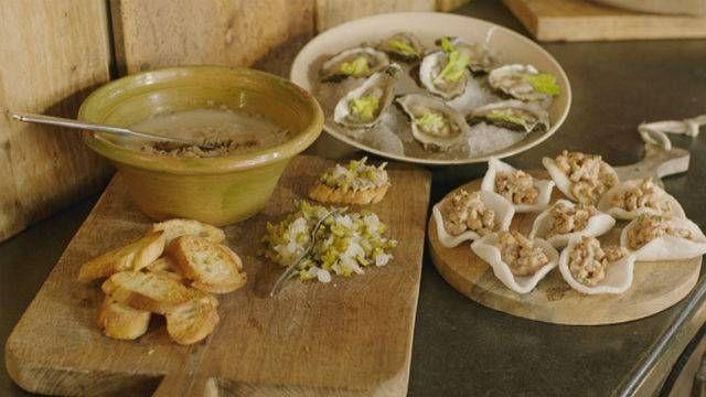 Kerstrillettes op brood, kroepoek met Noordzeegarnaal en oesters 'bloody mary'.Met deze recepten krijg je ongeveer 500 gram rillettes, 12 kroepoek-hapjes en 8 oesters.