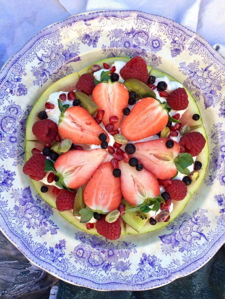 Hoppas att ni har en härlig Alla Hjärtans Dag! Istället för sötsaker här hemma idag bjuds det istället på en melonpizza. Tjocka skivor av vattenmelon toppades med grekisk yoghurt, frukt, bär, granatäppelkärnor och cashewnötter. Enkelt, gott och otroligt vackert.