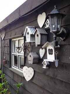 Leuke decoratieve vogelhuisjes voor aan de muur of schuur.