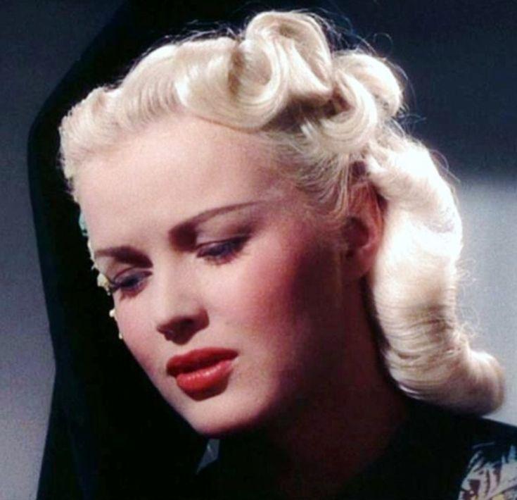 Pour les fans de Betty GRABLE, la plus pin-up des actrices des années 40 (ou la Marilyn des années 40)... / ANECDOTE / Betty GRABLE naquit à St.Louis, (Missouri), de John CONN GRABLE et de Lilian Rose HOFFMAN. Ses ancêtres les plus récents étaient américains, mais son héritage généalogique fait apparaître des souches hollandaises, irlandaises, allemandes et anglaises. Sa mère, qui souhaitait vivement faire une star dune de ses filles, lencouragea dans la carrière de comédienne. Elle obtient