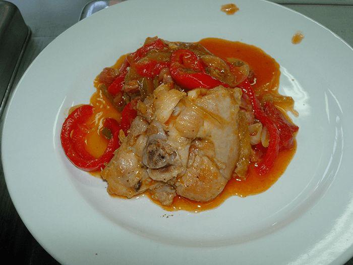 Pollo al chilindrón. Receta tradicional muy fácil y sencilla | Recetas de Cocina Casera