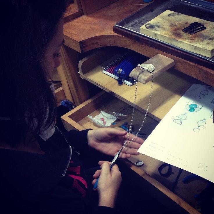 Emparejando la cadena para soldar el cierre y pasar a pulir. Trabajo de mesa. Silvia Tapia.