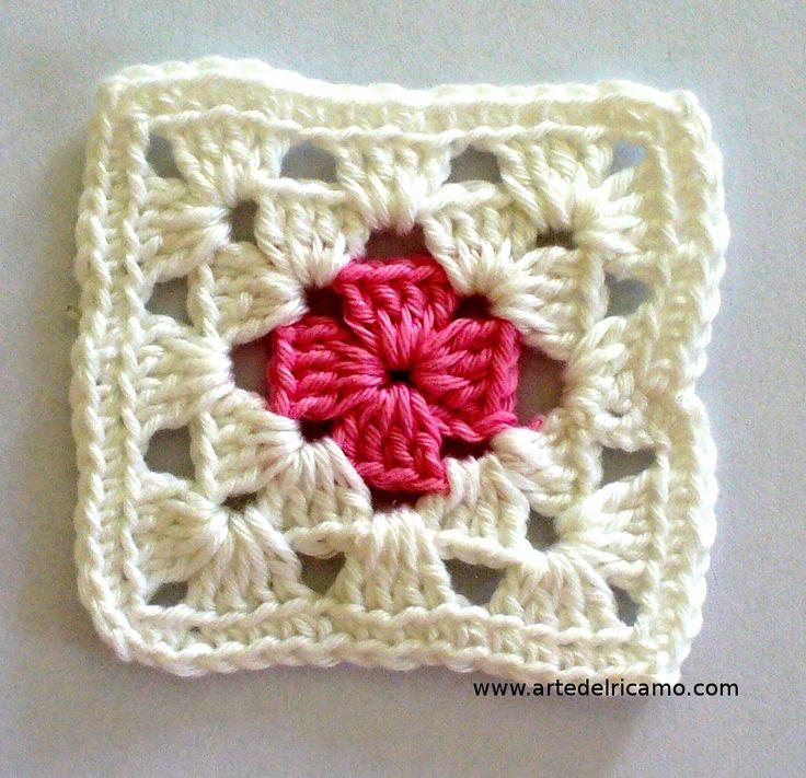 Sei un'appassionata di uncinetto? Hai mai provato a realizzare le coloratissime piastrelle? Sono dei motivi all'uncinetto di forma quadrata, molto utili per creare copertine per neonati, coperte, borse, accessori per la cucina, cuscini e tanto altro.