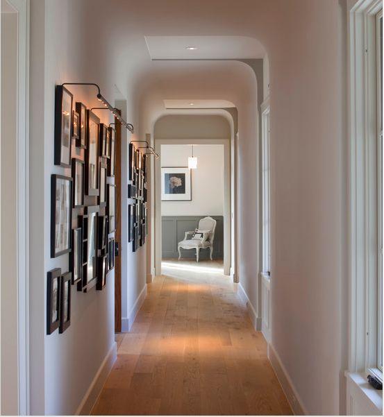 Vários quadros na parede: uma forma simples e eficaz de deixar o corredor mais bonito.