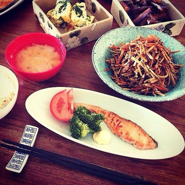 焼き塩鮭、金平牛蒡、ほうれん草の卵焼き、茄子の生姜醤油焼き、根菜のお味噌汁。 味噌汁のかぼちゃが珍しかった様子。 デザートは林檎と苺。 - 108件のもぐもぐ - 朝ごはん。 by Yuka Nakata