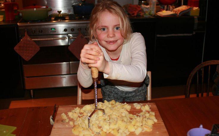 Jobke is druk bezig de aardappelen te stampen voor de gnocchi met pompoensaus. Het recept komt uit Comfort food van Jamie Oliver.
