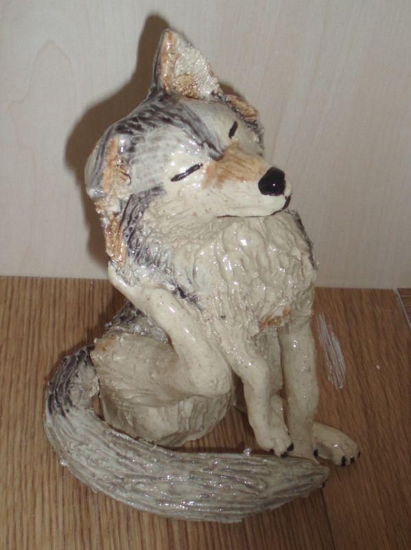 """""""Ai, dat jeukt!"""" Chamotteklei ca 16 cm hoog. Wolf, gemaakt voor mijn zoon"""