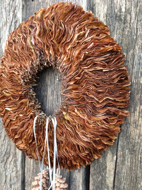 Deze krans is gemaakt van gedroogde magnolia bladeren, het ingericht met handgemaakte Kerst ornamenten, die kunnen worden verwijderd en terug zetten.  Dit kan gebruikt worden als decoratie gedurende de hele winterseizoen.  Externe diameter-38 cm (15,0 inch) Interne diameter-10 cm (3,9 inch) Dikte - 3 cm (1.2 inch)  Het kan worden opgehangen aan muur, deur of gebruikt als een kaars ring of middelpunt.  Deze krans is het hele jaar perfect! Alleen voor binnengebruik.  Als u nog vragen hebt…