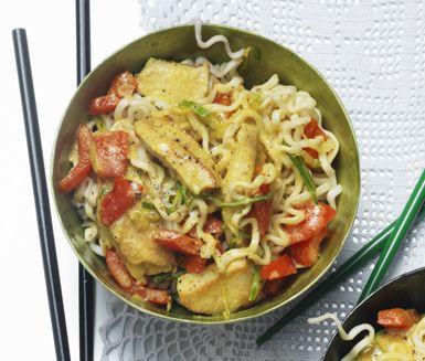 Denna härliga varmrätt med en smak av Asien är både god och snabblagad. Fräs ihop paprika, vitlök och purjolök i en gryta med curry innan du tillsätter kokosmjölken och brynt kyckling. Smaka av din goda kycklinggryta med lime och servera med nudlar.
