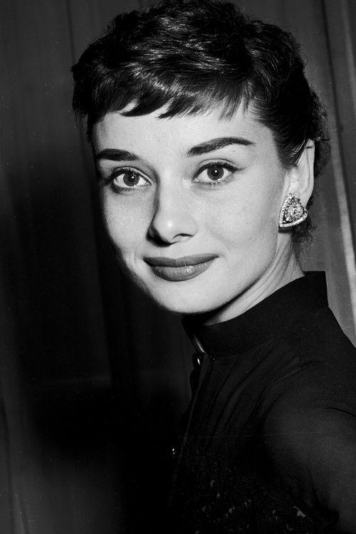 Audrey Hepburn em uma festa de regresso a casa realizado no Hotel Claridges, em Londres, em 21 de maio de 1953, após a conclusão das filmagens de Roman Holiday.