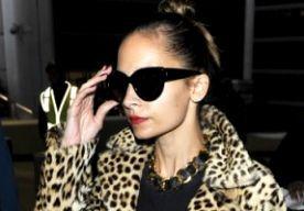 23-Nov-2013 10:02 - OOTD: NICOLE RICHIE IN LANGE LUIPAARDJAS. Hier op de redactie hebben wij stiekem een zwak voor Nicole Richie. Onder andere door haar droge humor, maar ook haar looks hebben onze aandacht. Nicole is namelijk niet vies van een gewaagde outfit of combi.