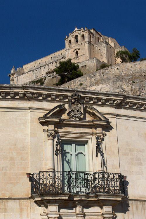 Scicli (barocco) - particolari architettonici_034 da Salvatore Aiello Tramite Flickr: Queste sono immagini di edifici e particolari architettonici in stile barocco che sono inseriti nel tessuto urbano di alcune cittadine della Sicilia sud-occidentale: Modica, Scicli, Noto e Ragusa Ibla.