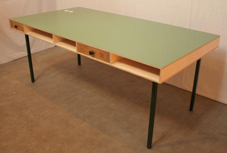 Industriëel design tafel met een blad bestaande uit twee lagen multiplex. Daartussen open vakken en vintage lades.