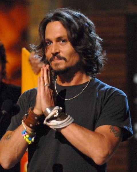 Johnny Depp Looking Sexy | Pulsa me gusta para desbloquear la galería y ver muchas más fotos en ...