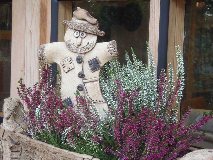 Panáček strašáček Keramický zápich vhodný do podzimního truhlíku, nebo květináče. Velikost 15 cm. Patina oxidem. Mrazuvzdorný.