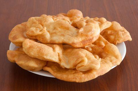 Langoş sau langoşi, numite în oraşele din Ardeal chiar plăcinte, sunt o friptură rapidă, simplă, elastică şi pufoasă la interior şi crocantă...