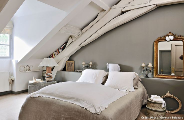 Dans les communs du château de Villennes-sur-Seine, un grenier à grains a été réinventé avec humour et rénové dans le respect des traditions, par de fervents passionnés d'un passé romantique.