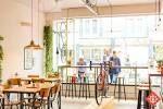 KAMU | Bij KAMU kun je eigenlijk de hele dag door terecht. Van ontbijt tot aan lunch, en van koffie tot aan heerlijke taarten. Oja en zelfs voor een fiets! Bij KAMU combineren ze namelijk de liefde voor koffie en fietsen. Door de hele zaak staan en hangen er dan ook fietsen (aan de muur!), dat is nog eens bijzonder! De sfeer is ongedwongen en relax. Precies waar KAMU voor staat, want KAMU betekent 'Makker' in het Fins. | Bosschstraat 31, 4811 GA Breda | www.kamu-breda.nl