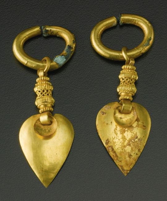 KOREAN GOLD JEWELRY  THREE KINGDOMS, SILLA KINGDOM PERIOD, 5TH-6TH CENTURY, a pair of gold earrings.