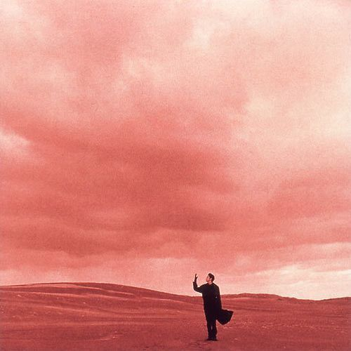 1994年福山雅治第10張單曲《Hello》封面,同樣由植田正治掌鏡,同樣在鳥取砂丘拍攝,這張單曲更是不少人想入手收藏的珍品,我有幸曾經在日本Amazon買到一張珍藏。