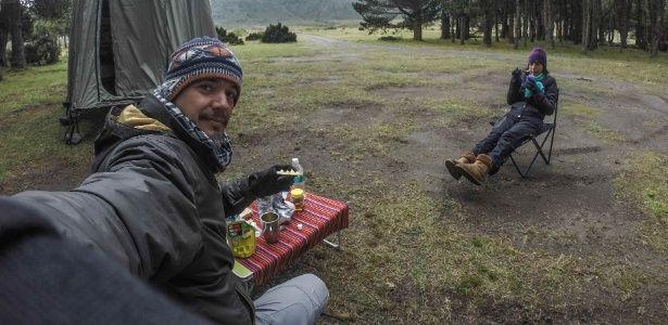 Casal de brasileiros viaja de SP ao Alasca alimentando cães de rua