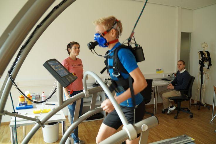 Analytik auf dem neuesten Stand der Technik: Während Elias Uhrmann auf dem Laufband alles gibt, leitet und überwacht Sportwissenschaftlerin Dr. Judith Bleuel den Stufentest