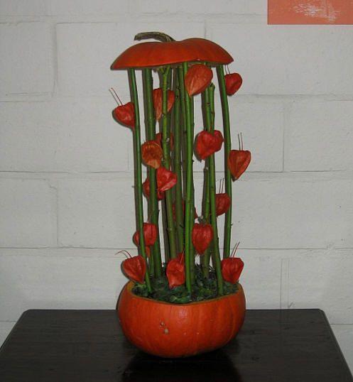 Bloemstuk Halloween maken met pompoenen - uithollen pompoenen rond Halloween en opvullen met bloemen