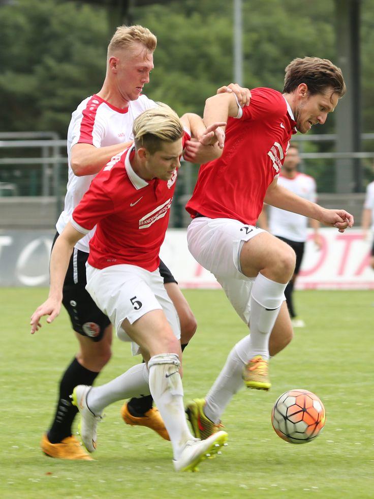 #Nils #Stettin im Zweikampf gg. 2 Spieler von #OptikRathenow   Optik Rathenow 0-4 Berliner AK