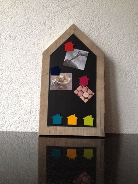 handig en mooi prikbord/krijtbord/prikbord met bijpassende huisjesmagneten. ook dit zijn producten van M Style