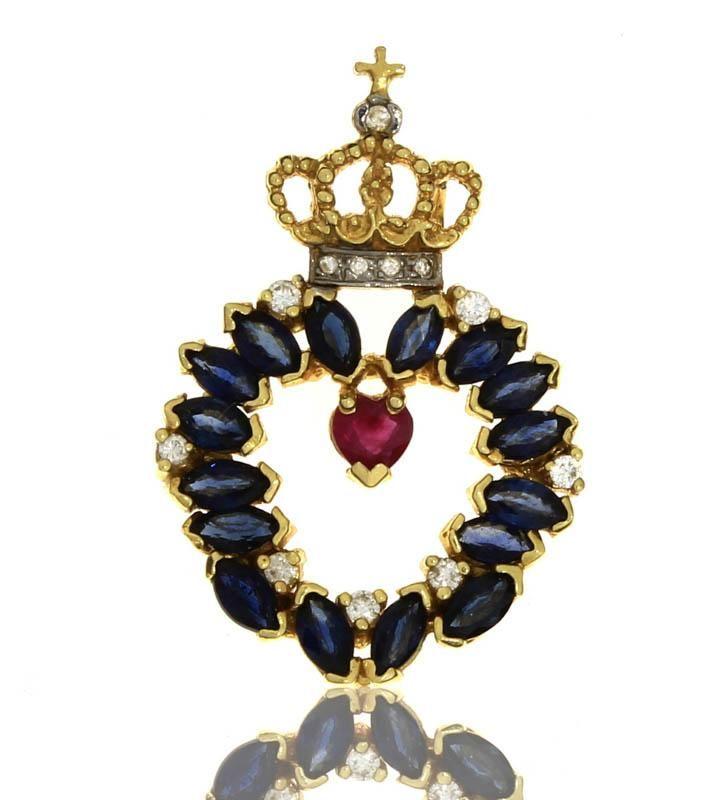 Lote 5376 - Pendente em forma de coração com coroa, com rubi, safiras e diamantes, em ouro amarelo 800 (19,2 kt) cravejado com rubi em talhe coração com 0,10 ct., 16 safiras do Ceilão de elevada qualidade com o peso total aprox. de 2,40 ct. em talhe navete e 12 diamantes em talhe brilhante redondo. Peso: 6,40 gr. Dim: 3,2 x 2 cm. Nota: PVP de € 2.270 em etiqueta de joalharia. Pendente com decoração vazada, relevada e perlada. Com marcas de contraste de Lisboa de responsabilidade e joalharia…