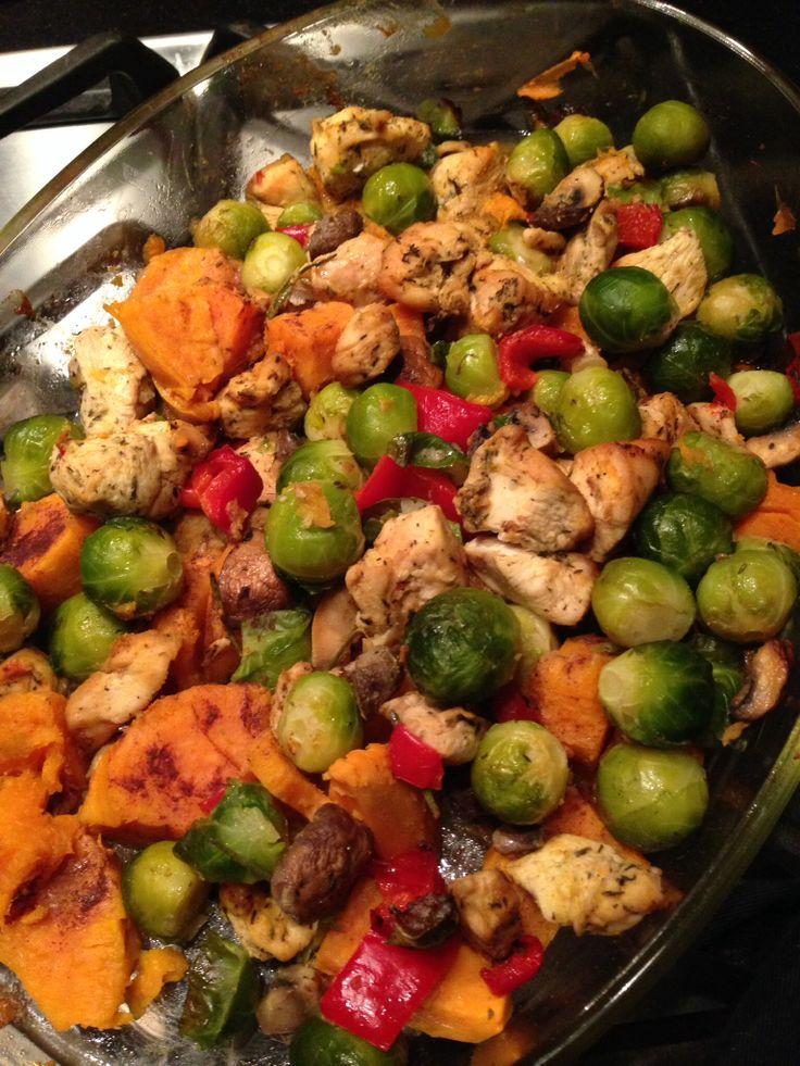 Spruitjes, kip, zoete aardappel, puntpaprika, kastanje champignons, kurkuma,knoflook in de oven.