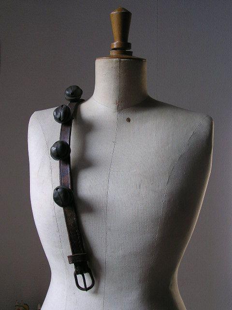 oude paspop met oude bellen band, vintage, brocante mannequin www.desoetelaer.nl