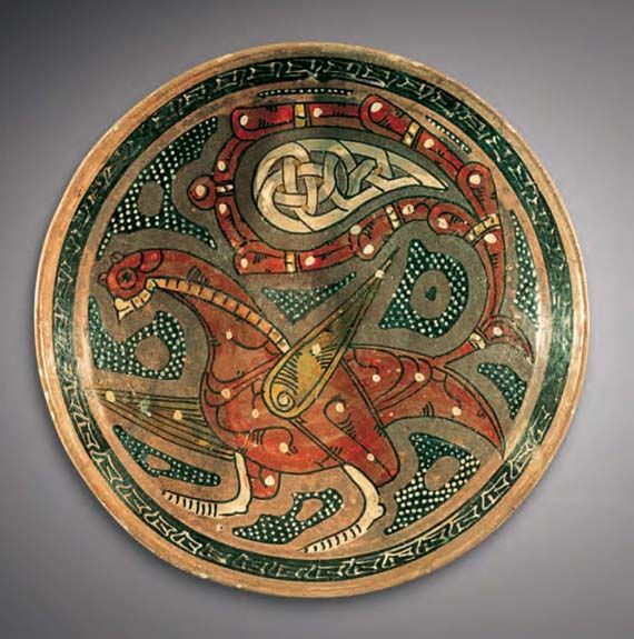 Dish / Eastern Iranian world, ca. 10th century / Earthenware, polychrome slip decoration under a transparent glaze; Ø 28 cm