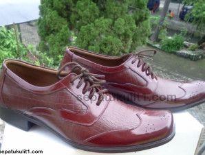 Model sepatu pria terbaru tipe formal dan casual tersedia di sini. Ini contohnya >>> Kode Sepatu: R30 >>> Rp 385.000 >>> Sepatu Pria Model Pantofel >>> Bahan Kulit Sapi Asli Motif Kulit Buaya >>> Size 41 (bisa pesan untuk size yang berbeda).