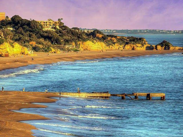 Albufeira, Portogallo L'Algarve, una delle regioni situata a sud del Portogallo, è la meta perfetta per una vacanza all'insegna del divertimento, della movida e del relax. Tra le mete turistiche più conosciute del sud del Portogallo ci sono Faro, Lagos, Portimão e Albufeira. Tra queste Albufeira é tra le destinazioni più economiche ed è sicuramente la meta più indovinata per una vacanza al mare.