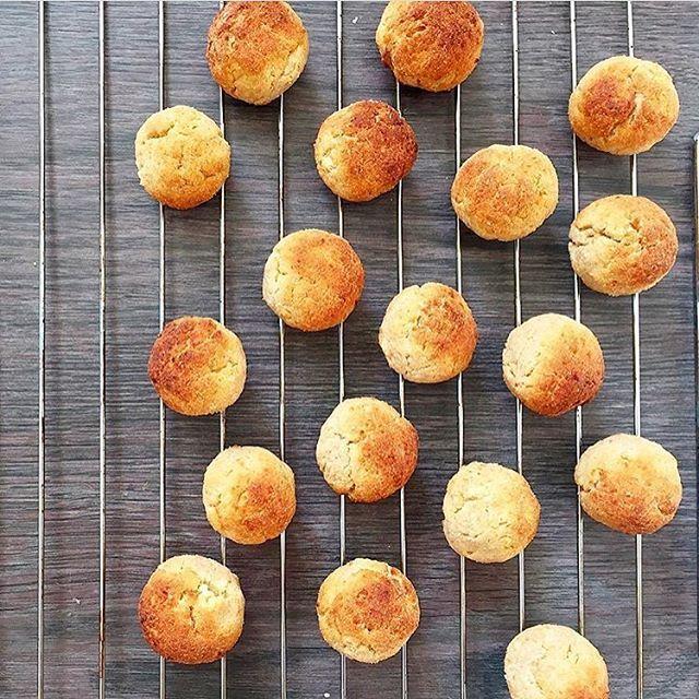 Мягкие, пористые творожные пончики без масла и пшеничной муки. Они выпекаются в духовке, в меру сладкие и оставляют вам широкий выбор для подачи - их можно просто посыпать сахарной пудрой, полить медом или растопленным шоколадом. Можно подать со сладкими финиками или сливочной глазурью. Сочетание кукурузной и рисовой муки придает им очень нежную структуру и приятный привкус...так что готовьте не задумываясь) Ингредиенты: творог - 250 гр. яйцо - 1 шт. мука кукурузная - 50 гр. мука рисовая…