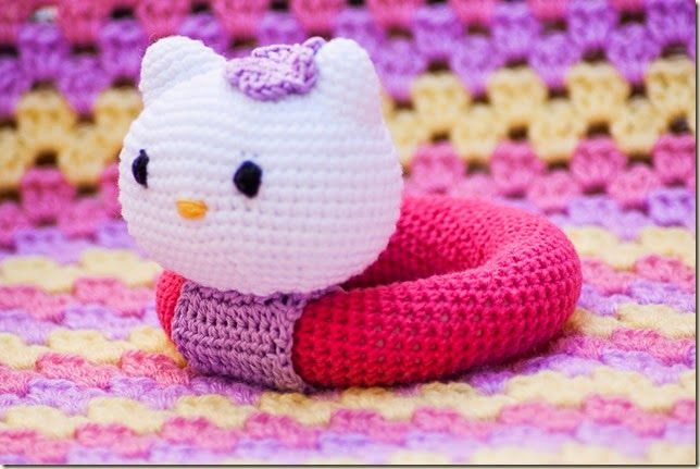 Rattle Hello Kitty - Free Amigurumi Pattern here: http://www.crochet-fan.es/2014/04/patron-sonajero-hello-kitty.html?utm_source=bp_recent&utm-medium=gadget&utm_campaign=bp_recent