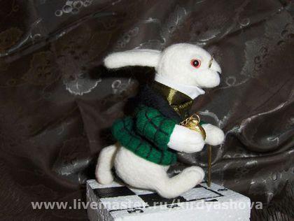 Купить или заказать Белый Кролик в интернет-магазине на Ярмарке Мастеров. ...С горя она начала подумывать (правда, сейчас это тоже было дело не из легких - от жары ее совсем разморило), что, конечно, неплохо бы сплести венок из маргариток, но плохо то, что тогда нужно подниматься и идти собирать эти маргаритки, как вдруг... Как вдруг совсем рядом появился белый кролик с розовыми глазками! Тут, разумеется, еще не было ничего такого необыкновенного; Алиса-то не так уж…