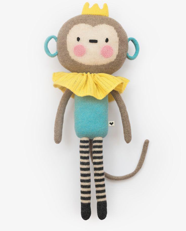Monking es un mono, Monking es trapecista, ¡Monking es el rey de la pista! Puede trepar a los árboles más altos y sujetarse sólo con su larga cola. Su pasatiempo preferido es contar hormigas, le apasiona la tarta de zanahoria y su color favorito es el amarillo, ¿cuál es el tuyo? Está tejido con suave lana de oveja 100% y bordado a mano. Es muy especial, si lo cuidas será siempre tu amigo.