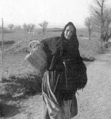 KATI HORNA, FOTÓGRAFA - mujer llevando comids al campo de batalla.  1937. Guerra Civil Española.