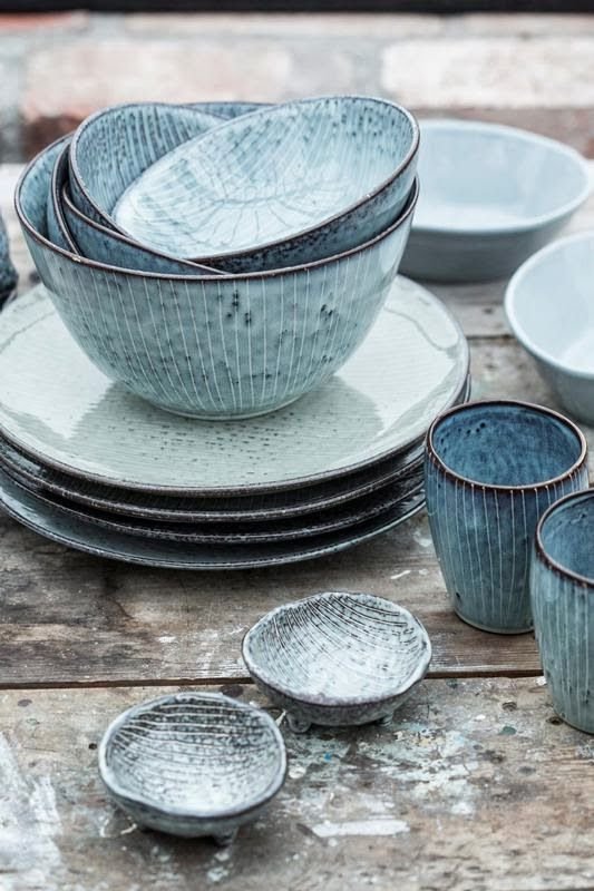 RAW BEACH: Broste Nordic Sea servies. Het gestreepte servies is handgemaakt aardewerk. De kleuren variëren in de tinten grijs, grijsgroen en grijsblauw.