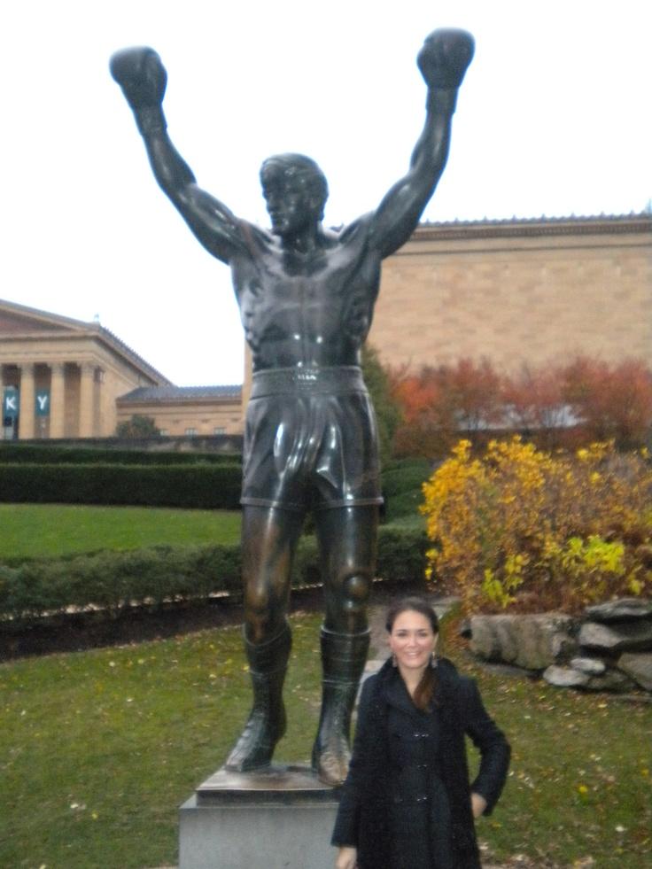 """Estátua de bronze do ator Sylvester Stallone como o boxeador Rocky Balboa, que aparece em """"Rocky III"""",  na entrada do Museu de Arte da Filadélfia. - EUA"""