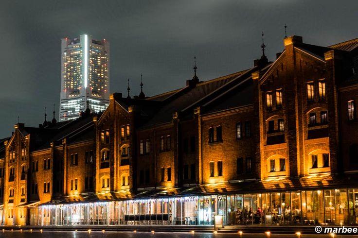 横浜の夜景です。 赤レンガ倉庫です。 後ろにランドマークタワーが見えます。 ザ・横浜 ベタに横浜な写真を撮って…