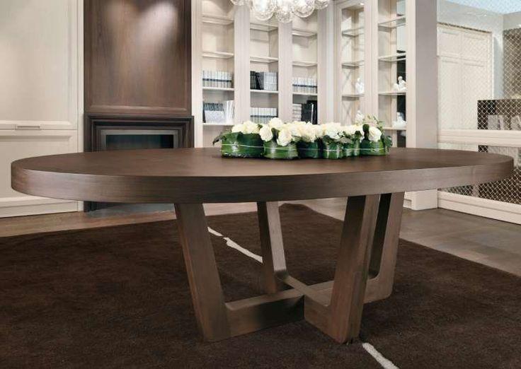 Tavolo in legno scuro - Tavoli ovali in legno scuro per una casa tradizionale.