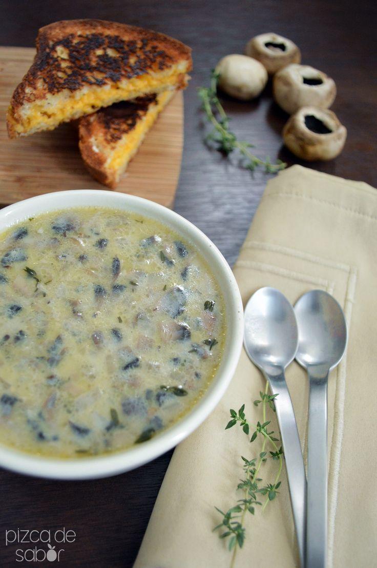Deliciosa sopa cremosa de champiñones. Perfecta para cenar en una noche fría con un rico pan o para disfrutar en una comida o cena elegante. ¡Te encantará!