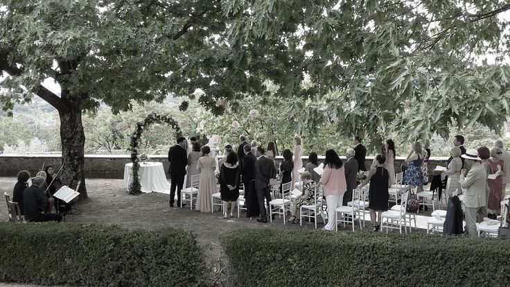 Villa di Maiano ceremony in the Tuscan garden under the shade of the trees All Rights Reserved GUIDI LENCI www.guidilenci.com