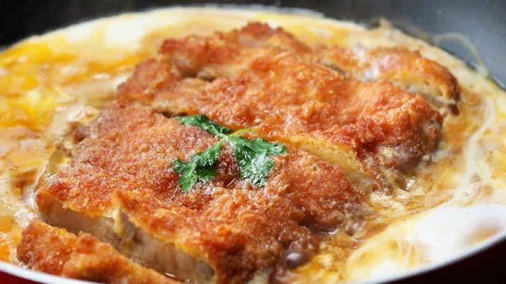 1人分材料:豚ロース肉 150g小麦粉 適量溶き卵 3個分パン粉 適量揚げ油 適量玉ねぎ 1/2個だし汁 150mlしょうゆ 大さじ2みりん 大さじ1/2砂糖 大さじ1溶き卵 3個分ご飯 1杯三つ葉 適量作り方1. 豚ロースの両面に塩コショウを振る。小麦粉をまぶして余分な粉ははらう。溶き卵にくぐらせ、パン粉をまぶす。これを2回繰り返す。170℃のに熱した揚げ油にそっと入れて、約3分、中まで火が通りきつね色になるまで揚げる。食べやすい大きさに切り分ける。2. フライパンに玉ねぎとだし汁、しょうゆ、みりん、砂糖を合わせて火にかけ、ひと煮立ちさせたら(1)を加え、かるく溶いた卵を半量ほど回し入れる。3. フライパンの中の卵が固まってきたら残りの卵を回し入れ、中央に三つ葉を載せる。蓋をして弱火にし、卵を好みの固さに仕上げる。4. ごはんを盛った丼に(3)をすべらせるようにのせたら、完成!