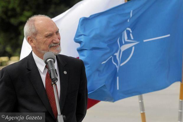 Min. Macierewicz uważa, że przejął armię w ruinie i w kilka miesięcy sprawił, że jest ona w doskonałej formie. - Armii i polityki bezpieczeństwa nie buduje się przez miesiące, a przez lata - mówił Bronisław Komorowski. Jego zdaniem takie wypowiedzi to 'nieporozumienie na pograniczu śmieszności'.